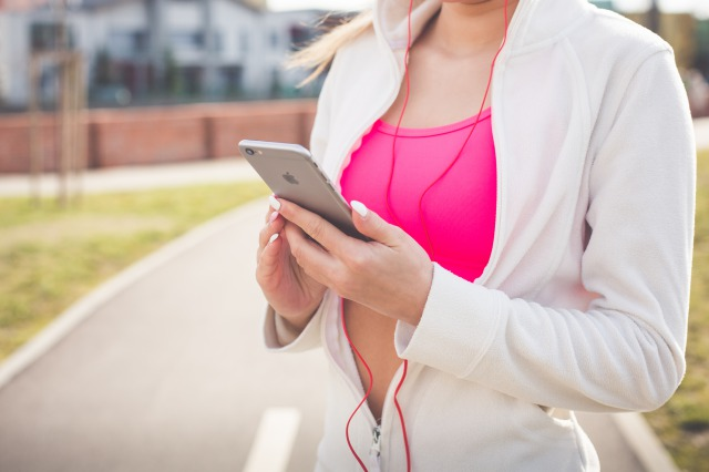 s_fit-girl-listening-to-music-on-her-iphone-picjumbo-com